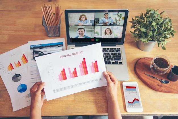 Vidéoconférence travaillant à domicile, distanciation sociale, personnes en quarantaine, réunion en ligne