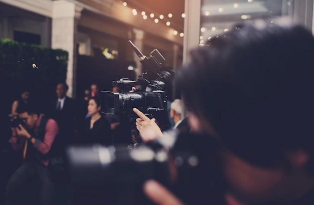 Vidéographe gros plan, caméraman, film, homme avec caméra, film, caméra professionnelle