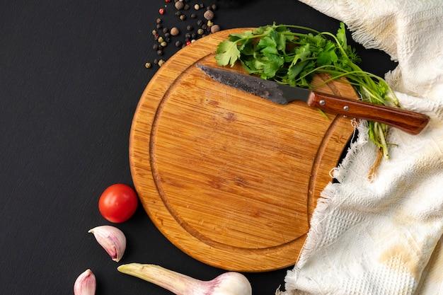 Vider le découpage ou la découpe du tableau sur la table, les herbes et les épices se trouvant autour des tables