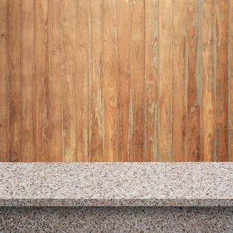 Vider les étagères supérieures ou la table sur le fond du mur.