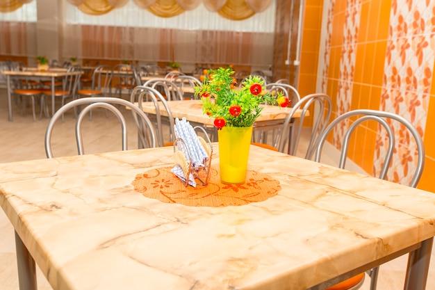 Vider de nouvelles tables dans la grande cafétéria de l'école