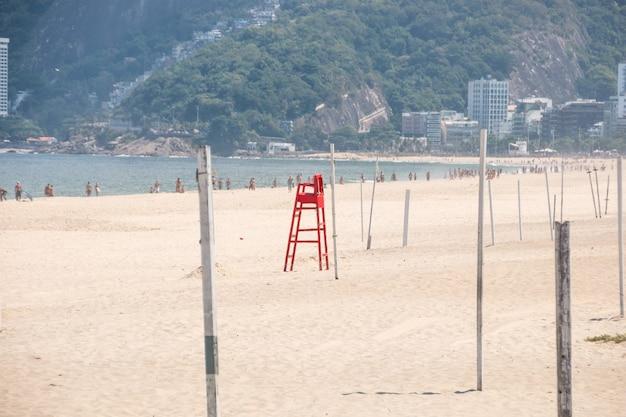 Vider la plage d'ipanema pendant la pandémie de coronavirus à rio de janeiro au brésil.