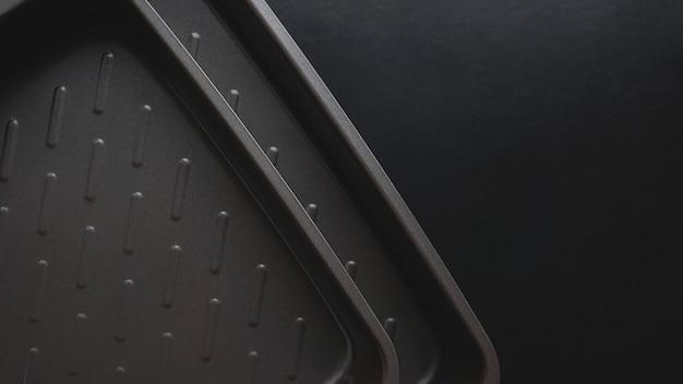 Vider la plaque à pâtisserie. vue d'en haut sur fond noir