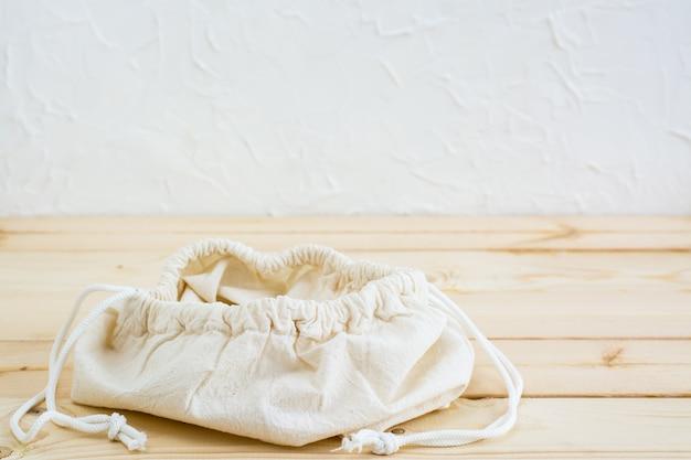 Vider le sac de toile ouverte sur les liens pour la nourriture sur une table en bois naturel. concept zéro déchet