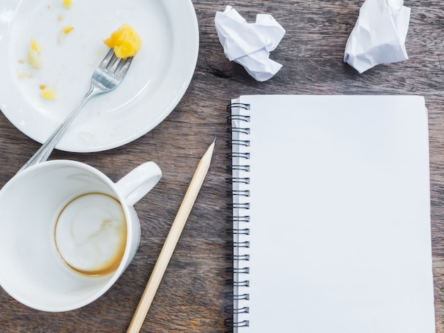 Vider la tasse de café et de la plaque avec le bloc-notes