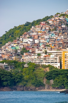 Vidigal hill vu de la plage de leblon à rio de janeiro, brésil.