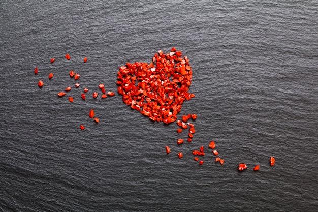 Vie amoureuse fond faux cristal rouge flou sur plaque de pierre noire