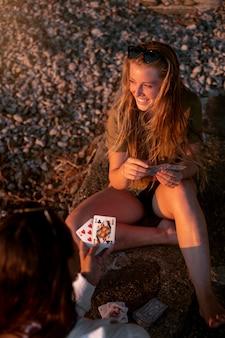 La vie après covid avec des gens qui paient des cartes à l'extérieur