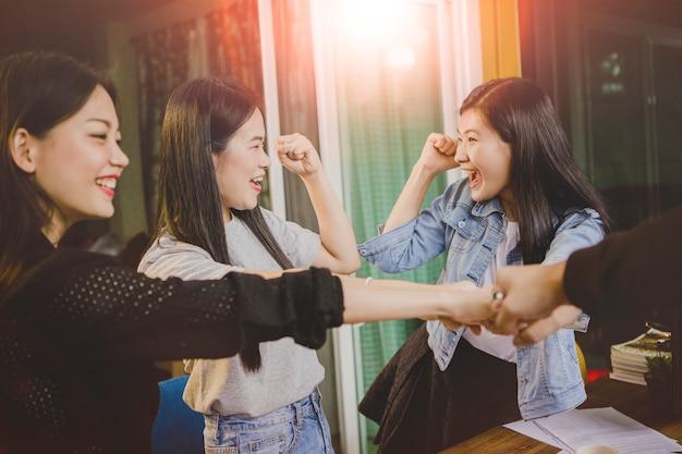 La Vie De Bureau, L'émotion De Bonheur D'une équipe De Pigistes Qui Réussit Dans Un Projet Professionnel Photo Premium
