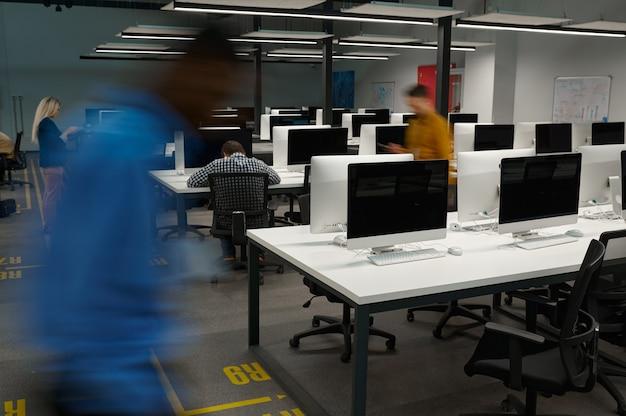 La vie de bureau en mouvement. société informatique