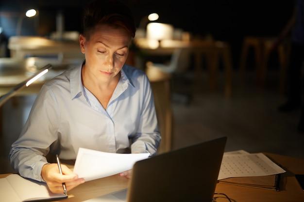 La vie de bureau de nuit