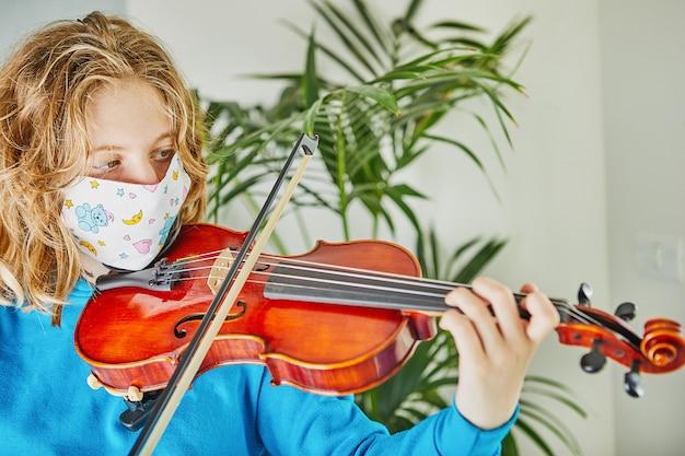 La vie en coronavirus en quarantaine: jeux et activités pour les enfants à la maison pendant la quarantaine covid-19