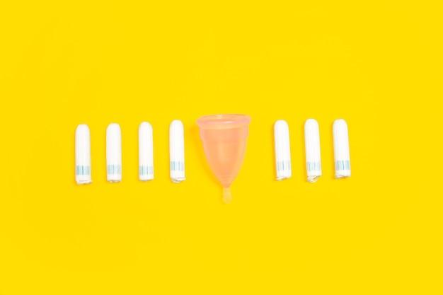Vie écologique - articles ménagers biologiques en comparaison avec les polymères et les analogues des plastiques.