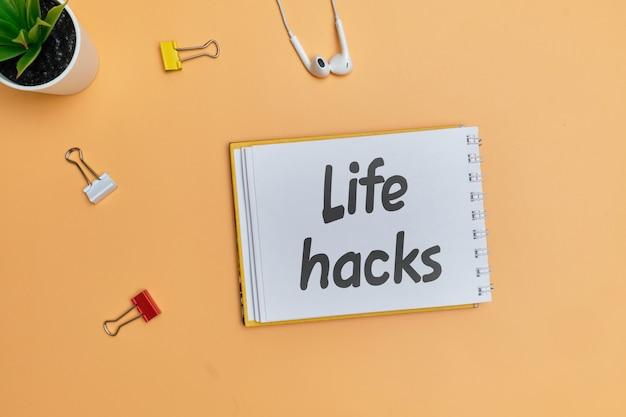 La vie hacks inscription autocollant comme un concept de secrets simples.