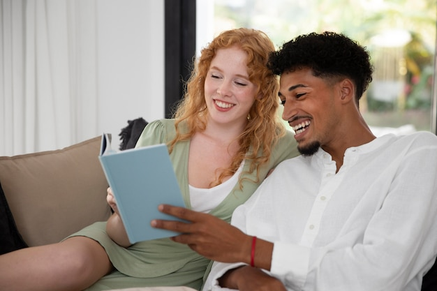 La vie à la maison avec un couple lisant ensemble