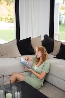 La vie à la maison avec la lecture de jeunes adultes