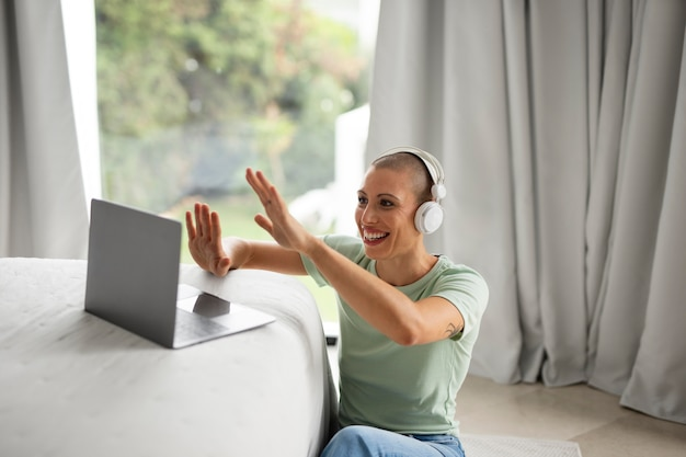 La vie à la maison se détendre sur l'ordinateur