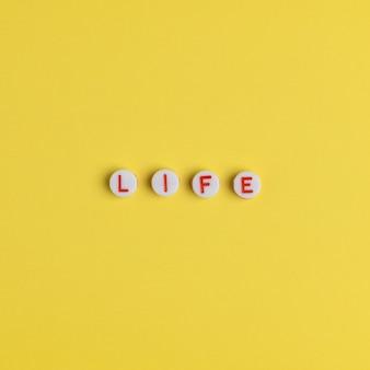 Vie, mot avec des perles