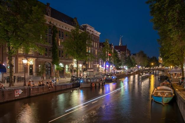 Vie nocturne à amsterdam en hollande pendant l'été