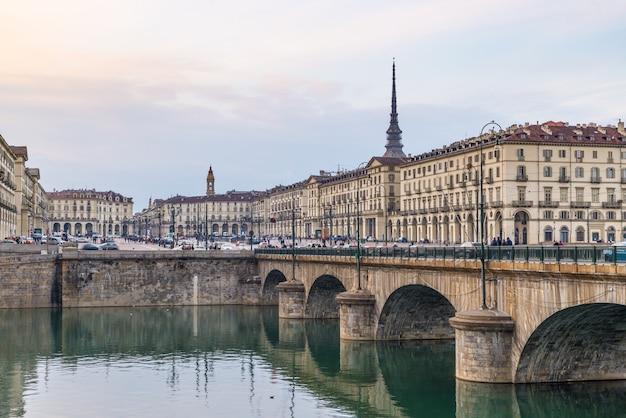 Vie de rue à turin, italie, toits de turin avec la mole antonelliana et pont sur le pô.