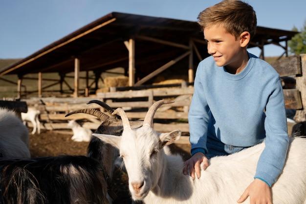 La vie rurale d'un enfant souriant à plan moyen