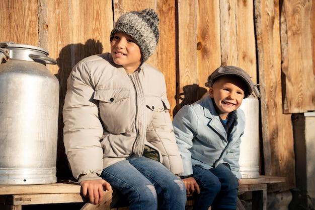 La vie rurale d'enfants souriants de plan moyen