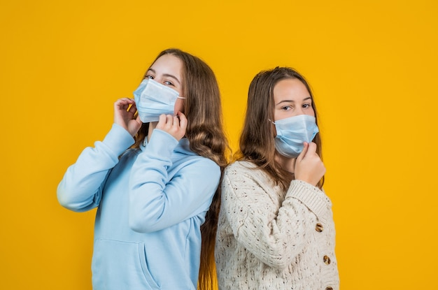 Vie saine. articles de protection de sécurité pendant l'épidémie de pandémie de coronavirus. symptôme de covid 19. les filles ont besoin d'un test d'immunité igg. pneumonie virale. enfants patients portant un masque respiratoire.