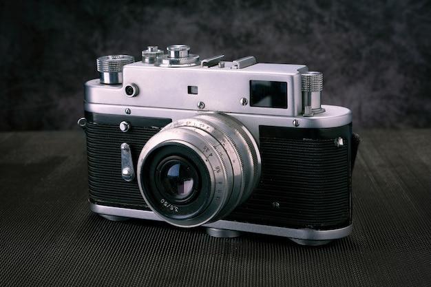 Vieil appareil photo 36mm film vintage, mémoire lifestyle. prenez des photos avec un historique de l'objectif manuel.