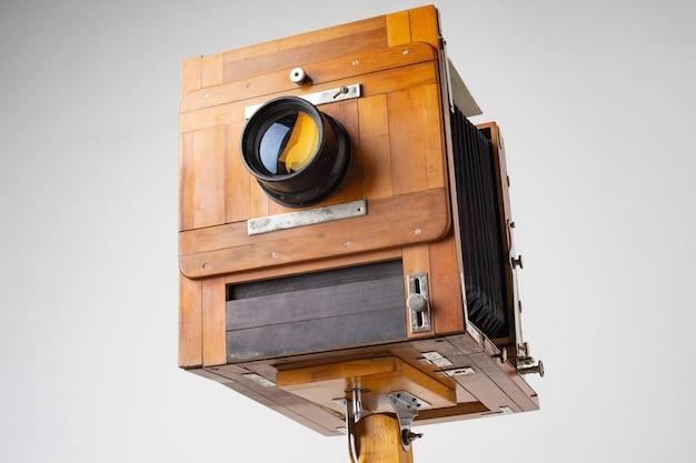 Un vieil appareil photo en bois du siècle dernier avec un accordéon.