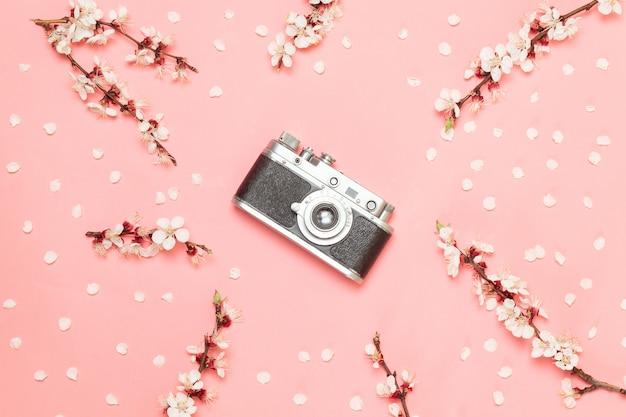 Vieil appareil photo sur fond rose.