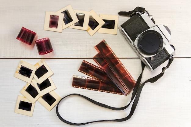 Vieil appareil photo avec photographie de négatifs et diapositives