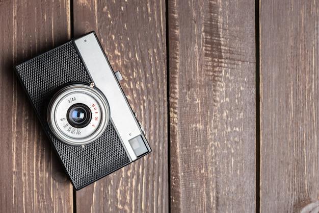 Vieil appareil photo rétro sur une table en bois