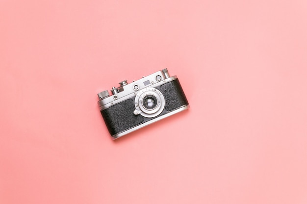 Vieil appareil photo télémétrique sur fond rose