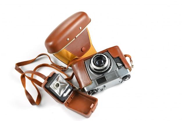 Vieil appareil photo vintage sur fond blanc.