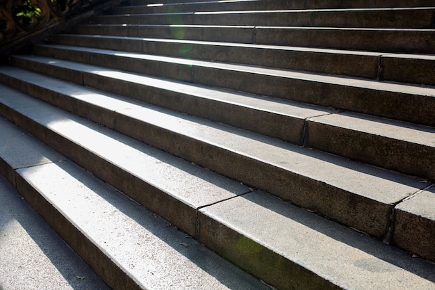 Vieil escalier concret devant le bâtiment avec des rayons du soleil à prague