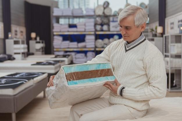 Vieil homme, achats, à, magasin de marchandises