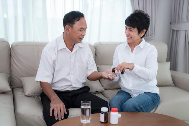 Vieil homme asiatique avec crise cardiaque