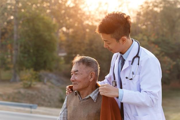 Vieil homme asiatique a une réunion de médecin au jardin