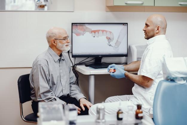 Vieil homme assis dans le bureau du dentiste