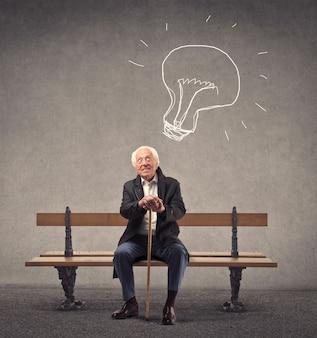 Vieil homme ayant une bonne idée
