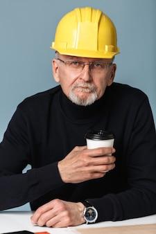 Vieil homme en casque de sécurité