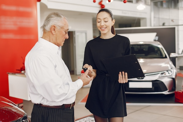 Vieil homme élégant et élégant dans un salon de voiture