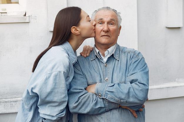 Vieil homme embrassé par sa petite-fille