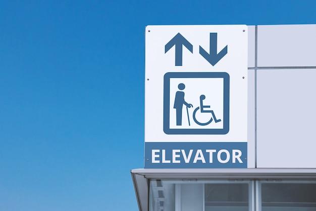 Vieil homme et handicap symbole avec flèche haut et bas dans l'ascenseur pour personnes handicapées