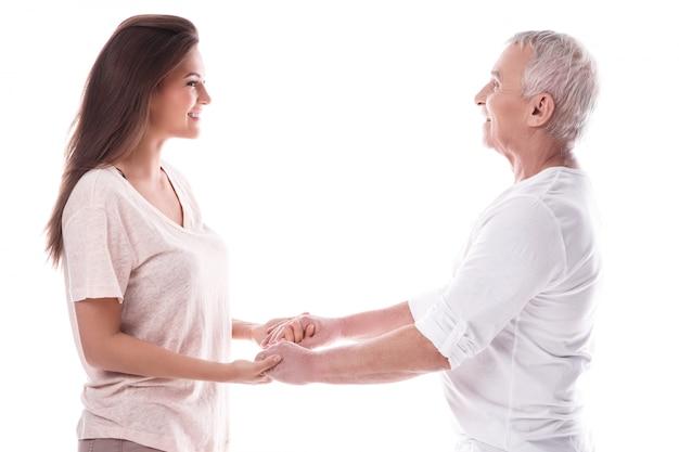 Un vieil homme heureux et sa belle fille
