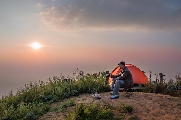 Vieil homme, à, lever soleil, matin