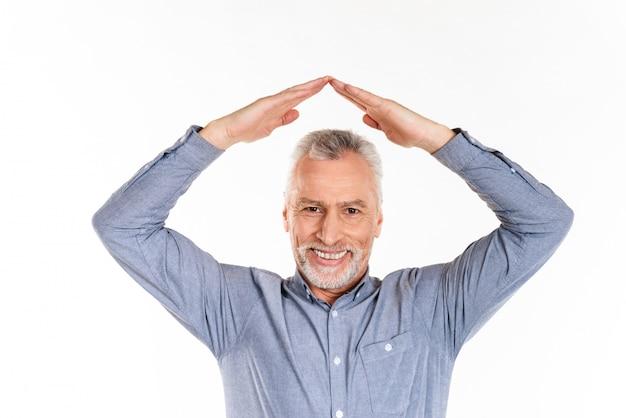 Vieil homme et main dans la main au-dessus de la tête isolée