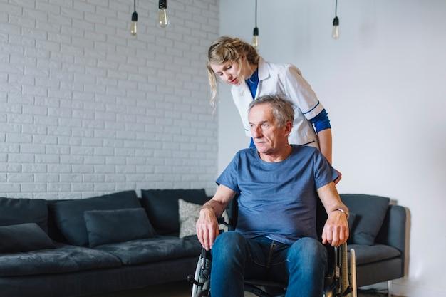 Vieil homme en maison de retraite