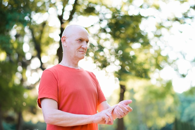 Vieil homme mesurant le pouls de la fréquence cardiaque sur son poignet