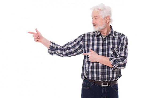 Vieil homme montre quelque chose